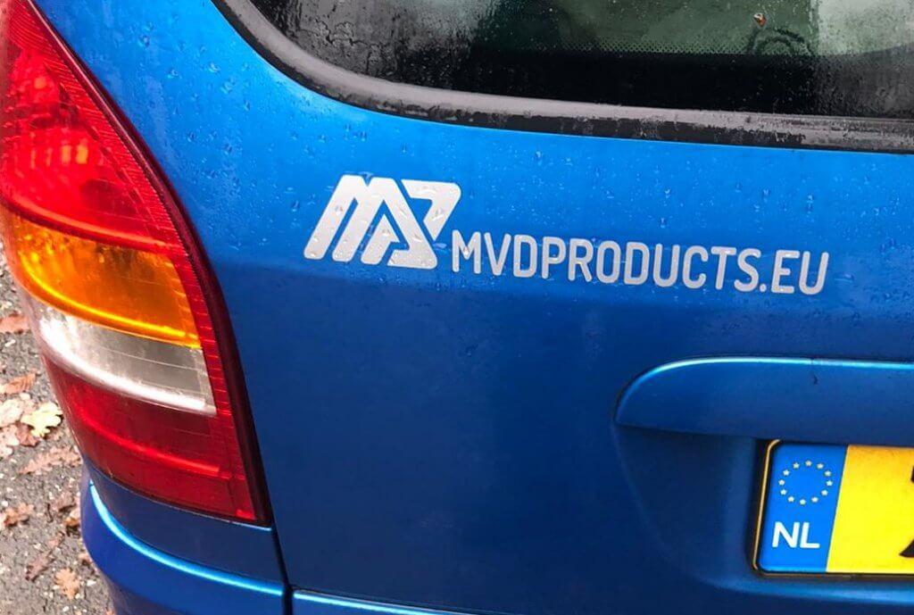 logo sticker op auto