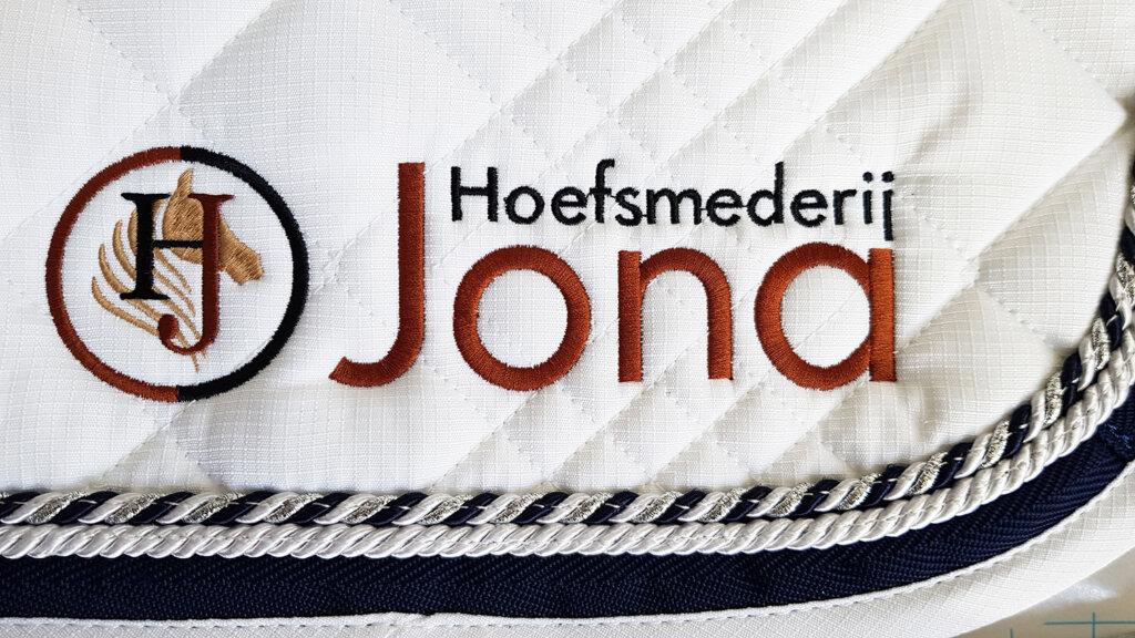 Jona Hoefsmeederij borduring dekje